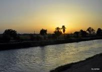 Sonnenuntergang an einem neben Kanal vom Nil