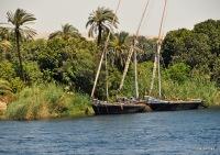 zwei Dhaus am Ufer vom Nil