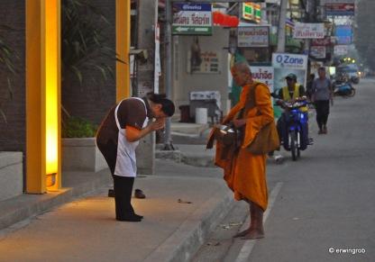 bei einer Gabe, wird der Geber vom Mönch gesegnet