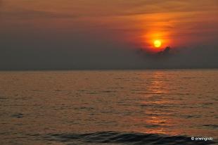 Sonnenaufgang und Wellenrauschen