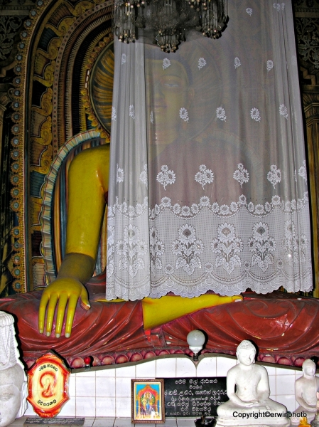 Buddha hinter Spitzenvorhang