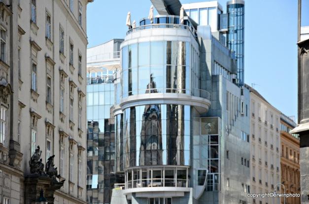 Der Stephansdom als Spiegelung im Haasgebäude
