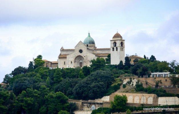 Blick zurück auf die Kathedrale von San Ciriaco in Ancona