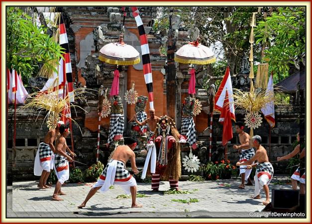 Kampf im Barong Tanz theater auf Bali