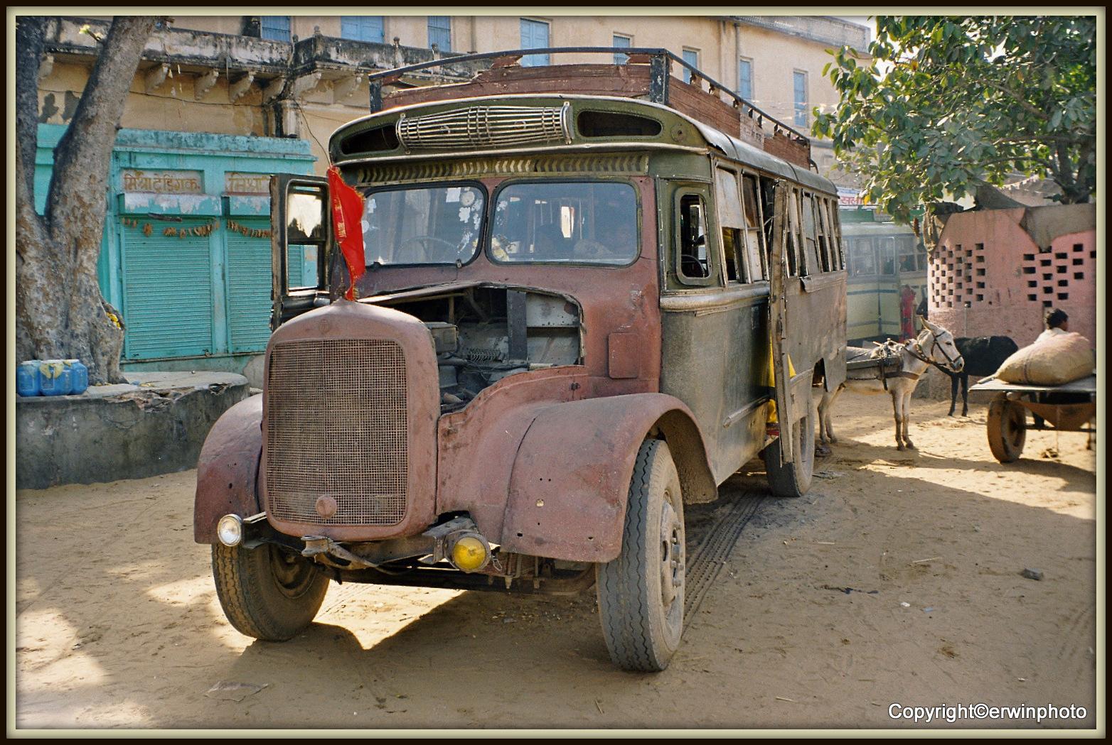 alter Lastwagen mit den Spuren der Zeit