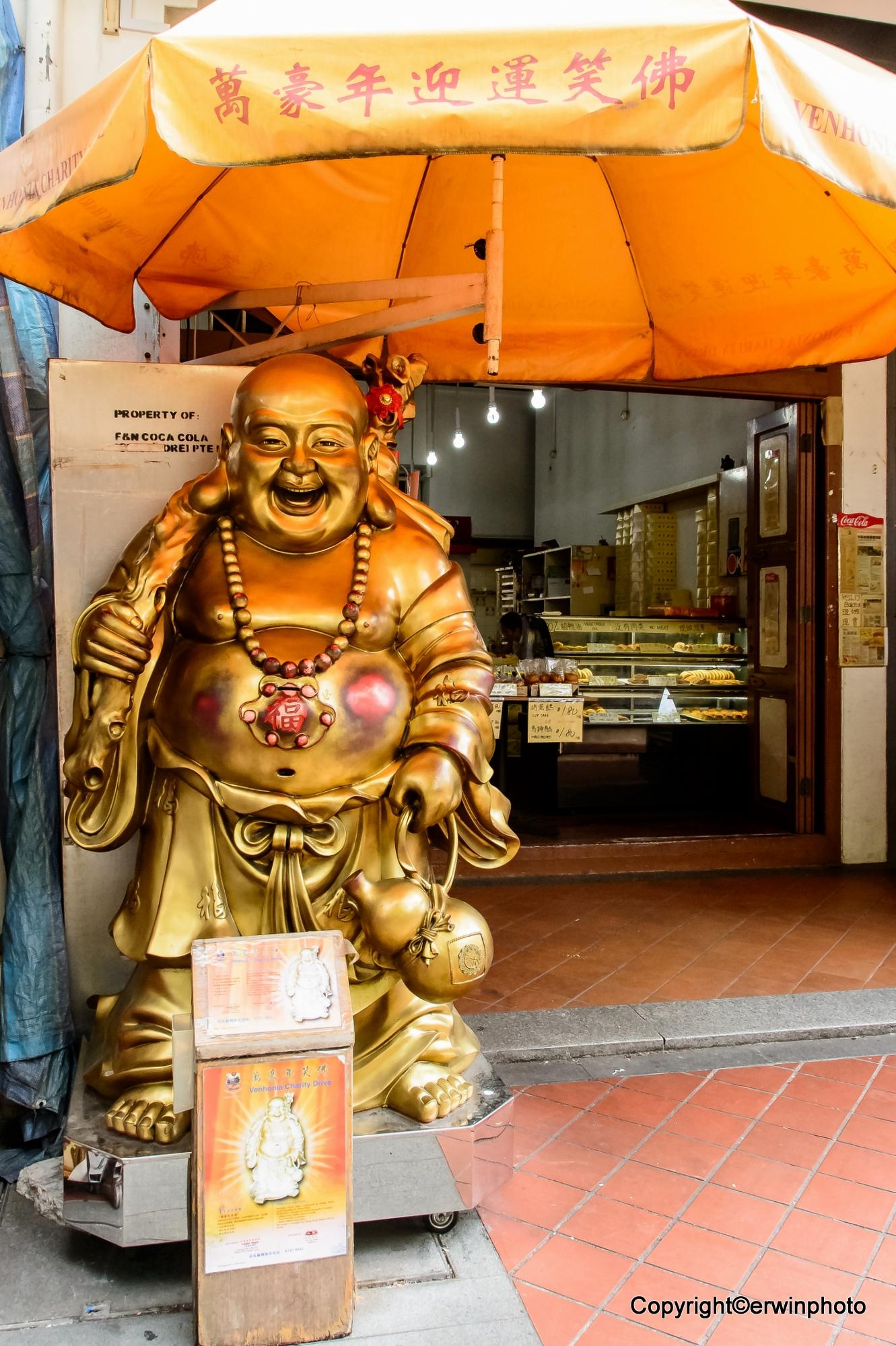 Der glückliche Buddha als Automat in Singapur