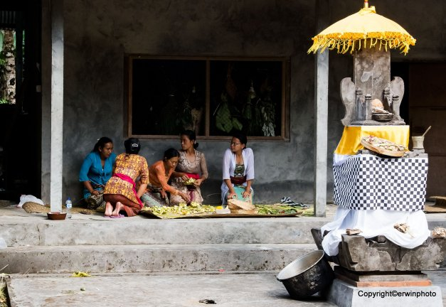Frauen in Bali beim Blüten trocknen