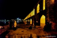 33 Bogenbrücke bei Nacht