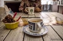 ein feiner Espresso, ein Schokoladen Eis und ein Guggelhupf