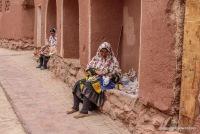 die Frauen in Traditioneller Tracht, bei Stickarbeiten