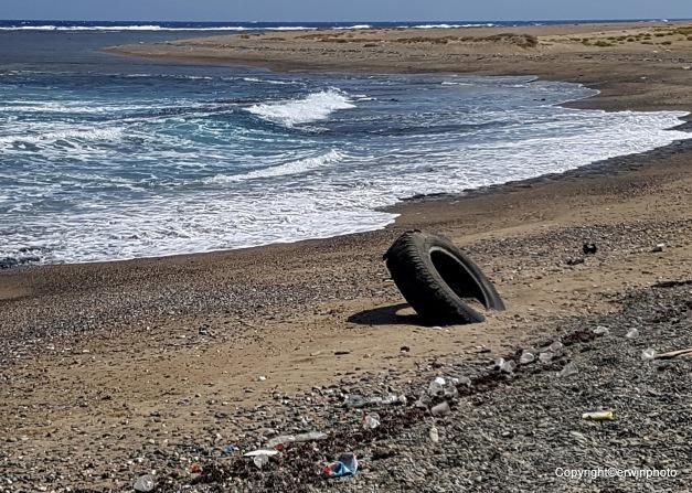 der Strand voller Plastik und anderem Zivilisations - Müll.