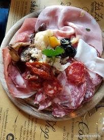 Salami, Parmaschinken und Mozzarella und Tomaten