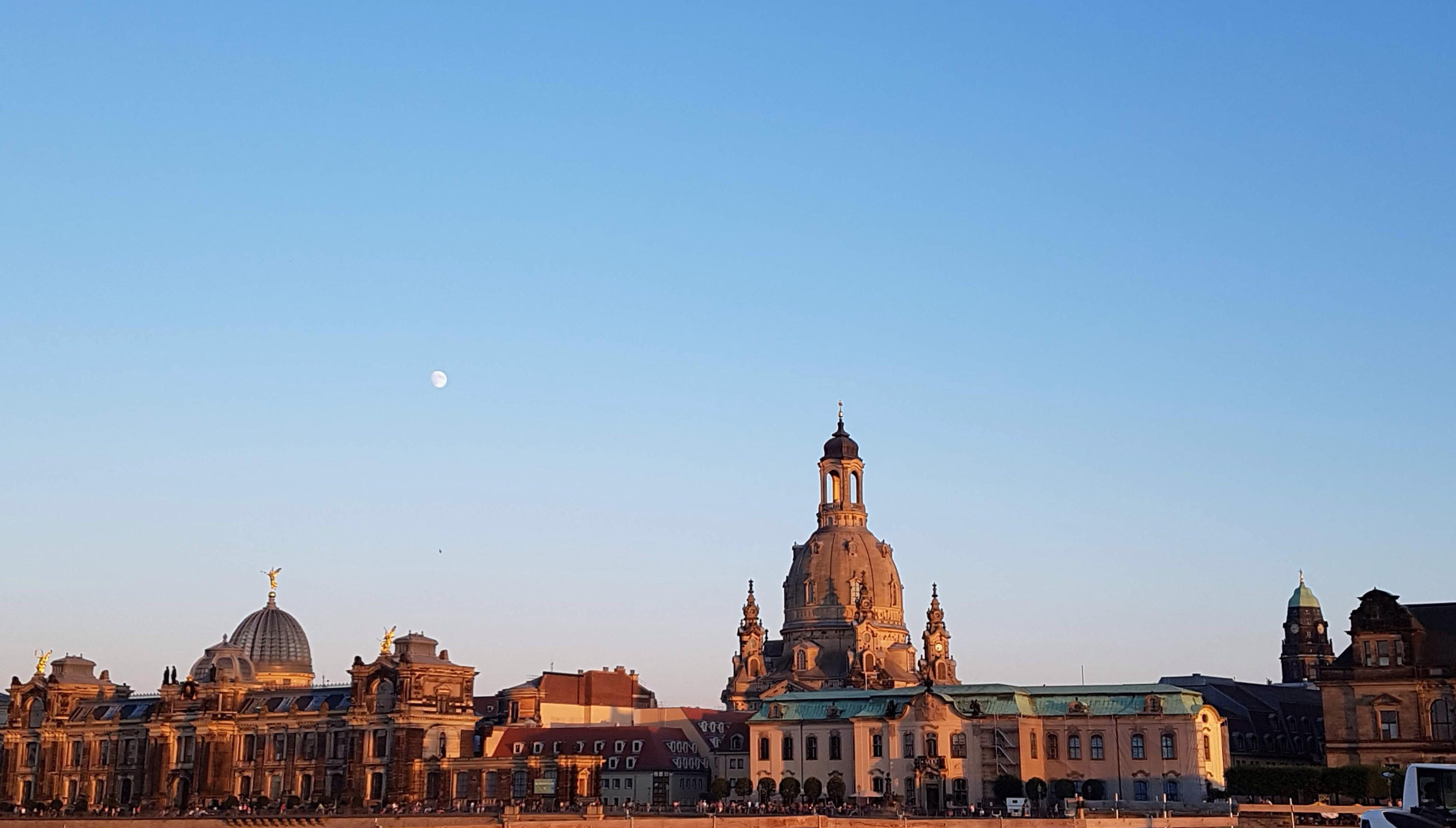 die Syluette von Dresden im Abendrot