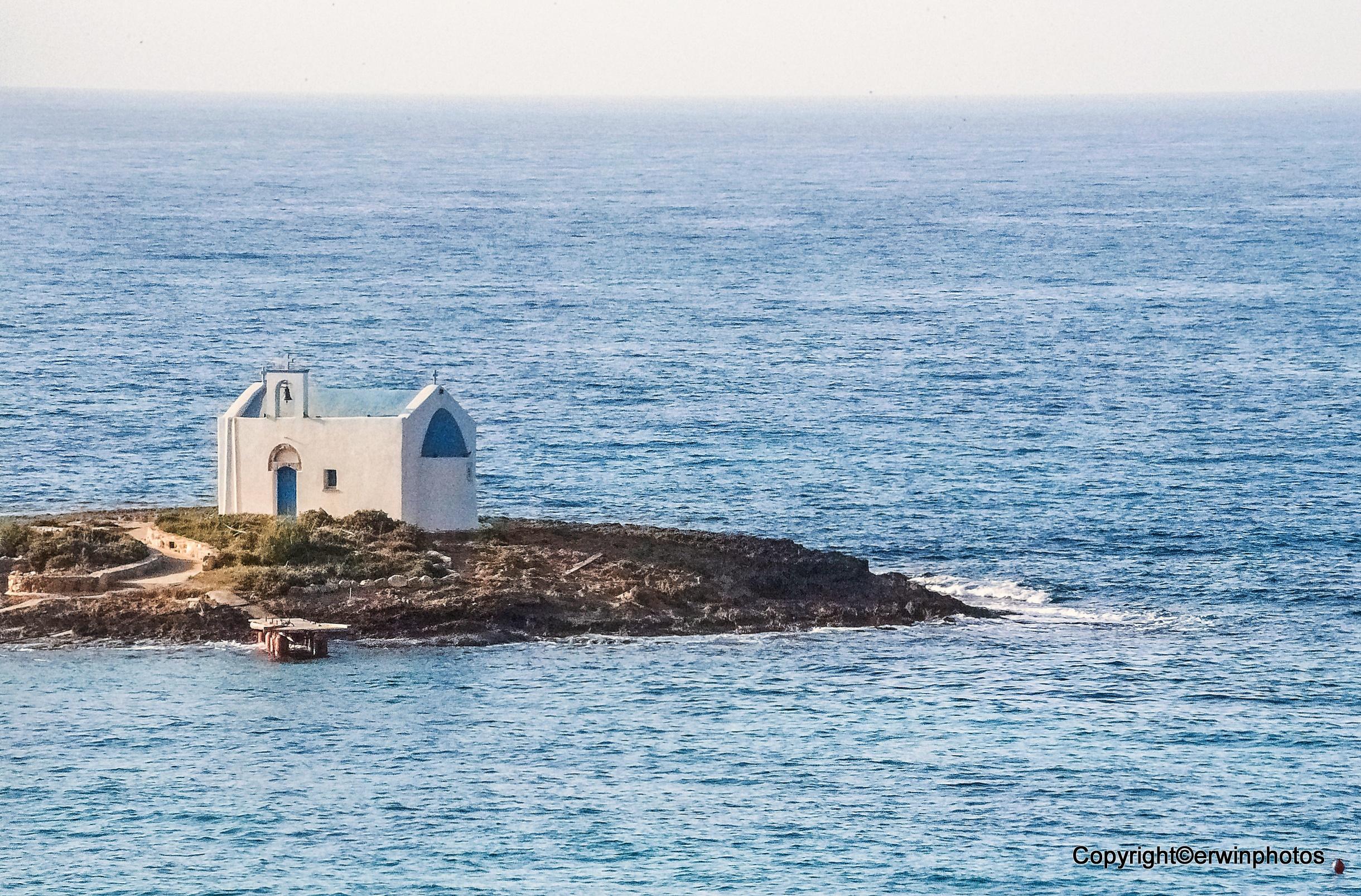 eine kleine Kapelle auf einem Inselchen