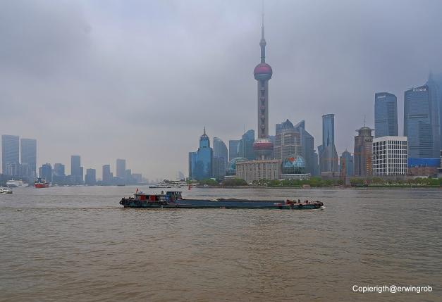 Pudong und Huangpu-Fluss  und der Fernsehturm von Shanghai