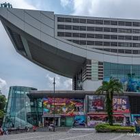 das Hauptgebäude mit Shoppingcenter