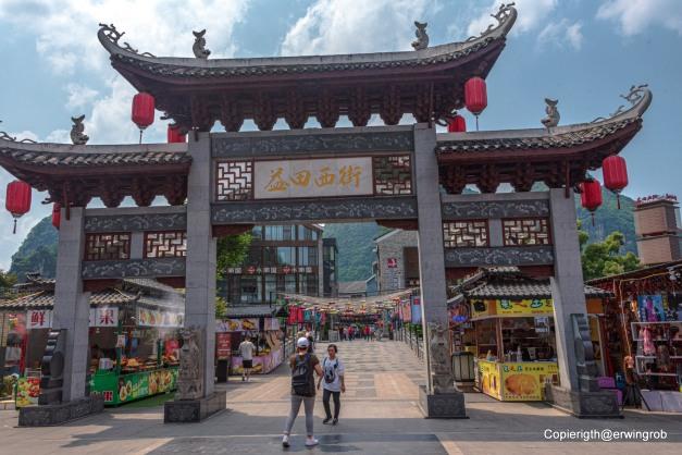 ein altes Tor bildet den Eingang zur Shoping Stadt