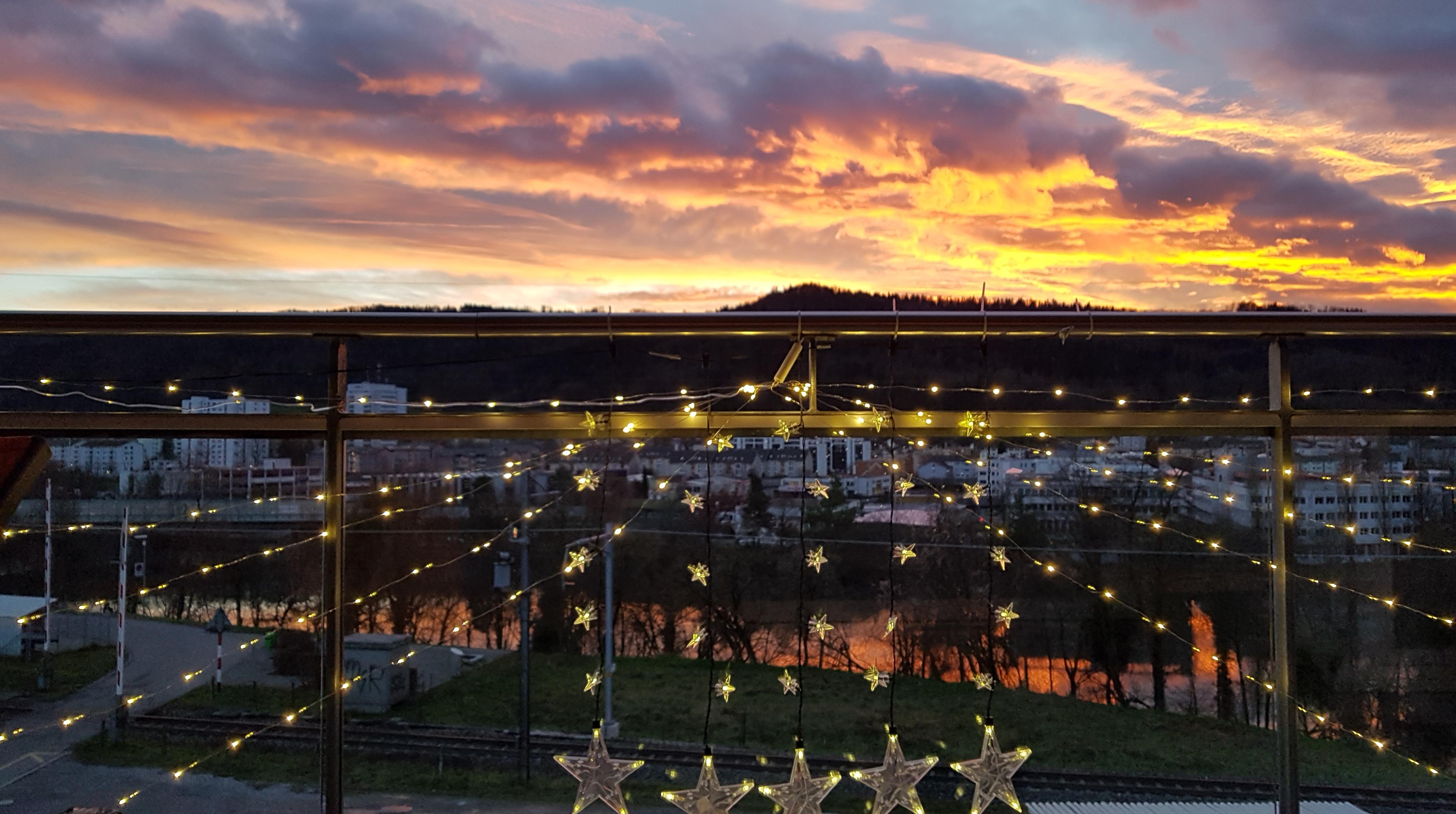 Blick auf das Abendrot mit Weihnachtsbeleuchtung