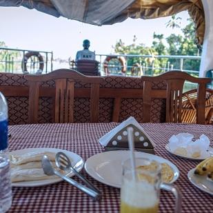 gemütliches Frühstück bei ruhiger Fahrt